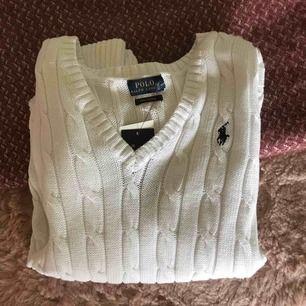 Alldrig använd. Den är äkta. Superfin vit Ralp Louren långärmad stickad tröja. Säljer på grund av att jag köpte fel storlek i efterhand. Möts upp i Stockholm eller fraktar. Men ni står för frakten