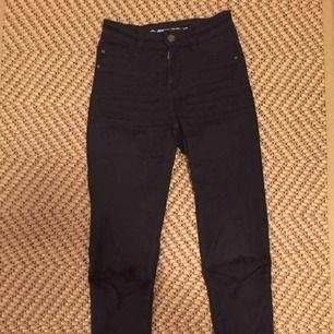 Ett par finna jeans (jeggings) från Cubus. Väldigt stretchiga, mid rise, svarta, hål på knäna och storlek xs. Bra skick och bra passform. Nypris 350kr men säljs för 150kr. Vi delar på tillkommande fraktkostnad.