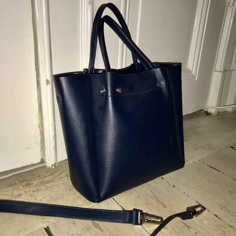 Snygg blå skinnväska!  Avtagbar axelband till. Betalning: Swish. Väskor.