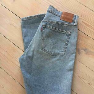 Levis 501 skinny i ljusblått. Skönt stretchigt material. Stl 28/28. Använda max 3 gånger.