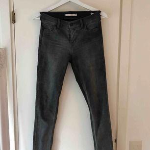 Jättesköna och stretchiga jeans från Levis. Storlek 26, längd skulle jag uppskatta till cirka 32. Frakt tillkommer!