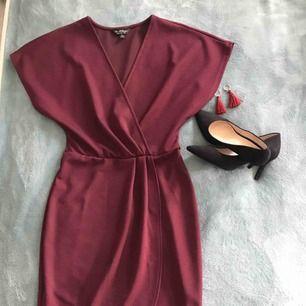 Fantastiskt vacker klänning från miss selfridge. Drapering framtill och V ringad framtill!