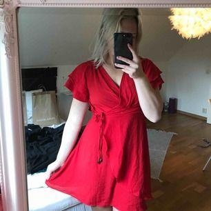 Jättefin omlottklänning som tyvärr är för liten för mig. Köpt i USA och är i bra skick. Frakt tillkommer!