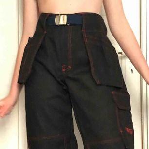 Aaaaas snygga svarta byxor med röda sömmar (samma modell som den tidigare annonsen). Oanvända i jättebra skick och kvalitet. Storlek 40-42 (det står storlek 52 i dom men de är typ en L). Fraktkostnad tillkommer❤️