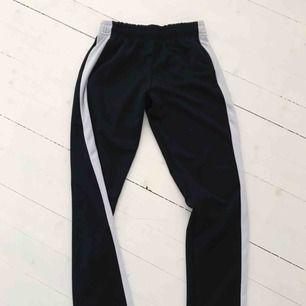 Oanvända snygga byxor ifrån bikbok med streck på sidan, säljs billigt!