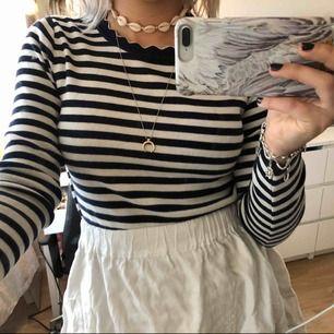 Randig tröja i strl S. Endast använd några gånger så den är fortfarande väldigt fin och fräsch! Den är marinblå men ser svart ut i kameran ☺️ du kan komma med eget bud om du är intresserad