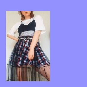 En kjol från H&M. Använd 2-3 gånger. Storlekl 40. Köparen står för frakt, DM för mer information :)