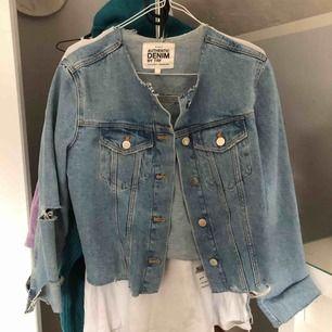 Nästintill oanvänd jeansjacka från Zara! Sjukt snygg, men säljer eftersom jag har en nästan liknande. Köpt förra året, och tror att strl är S men vet inte säkert eftersom det inte står på plagget. Hör av er för fler bilder och fraktkostnad! 💘💕💖💗
