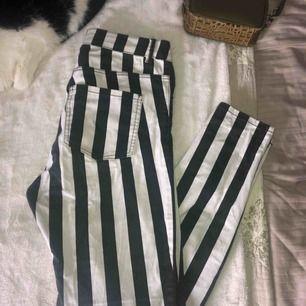 Svart och vitrandiga jeans från monki. Är i fint skick men har dock en skråma (bild 3). Frakt tillkommer!🔥🔥
