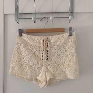 Superfina shorts i vit spets med snörning, använda fåtal gånger.