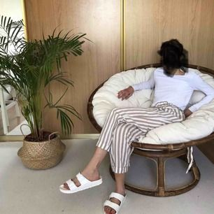 Härliga sommarbyxor från Zara Vita med sandfärgade stripes och snörning i midjan med tofsar. Köpta i somras men aldrig använda!  Passar perfekt till en varm sommardag!  Frakt tillkommer!