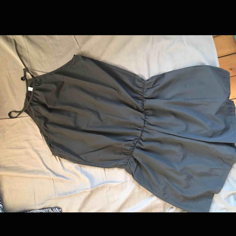 2 helt nya svarta jumpsuits, båda i storlek L. Båda för 120kr eller en för 65kr🌹 kom med egna bud!!  Skicka för bättre bilder✨. Klänningar.