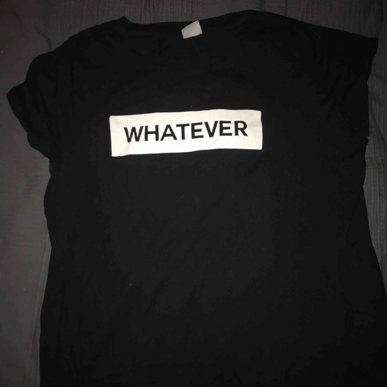 T-shirt från gina som är väldigt sparsamt använd. Storlek XL men tycker den sitter som en M då den passar mig. Kom med egna bud💫. T-shirts.