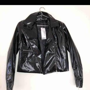 Säljer denna as balla jacka. Lapp är kvar och den är aldrig använd, så nyskick. Säljer då den inte kommit till användning. Kan mötas upp eller frakta(;