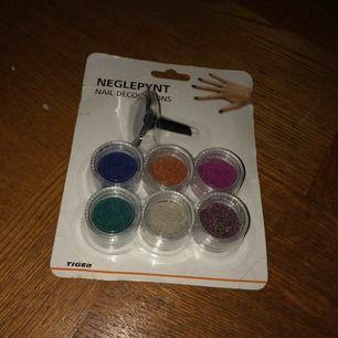 Nagel pynt i en massa olika färger.
