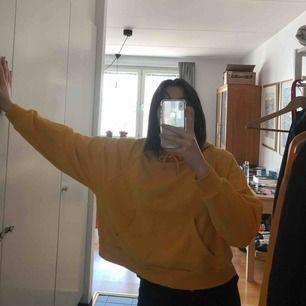 Croppad hoodie från Monki, älskarrrr denna men används inte längre. Storlek S  Kan mötas och skicka :-)