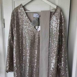 Hannalicious for nakd superfin glittrig klänning strl 38 aldrig använd. Nypris 799kr