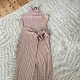 Ribbad klänning från nelly aldrig använd strl S. Fri frakt