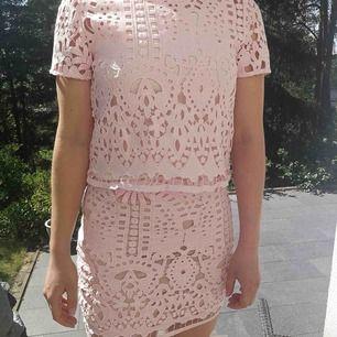 Matchande kjol och topp. Kan kombineras med andra plagg.