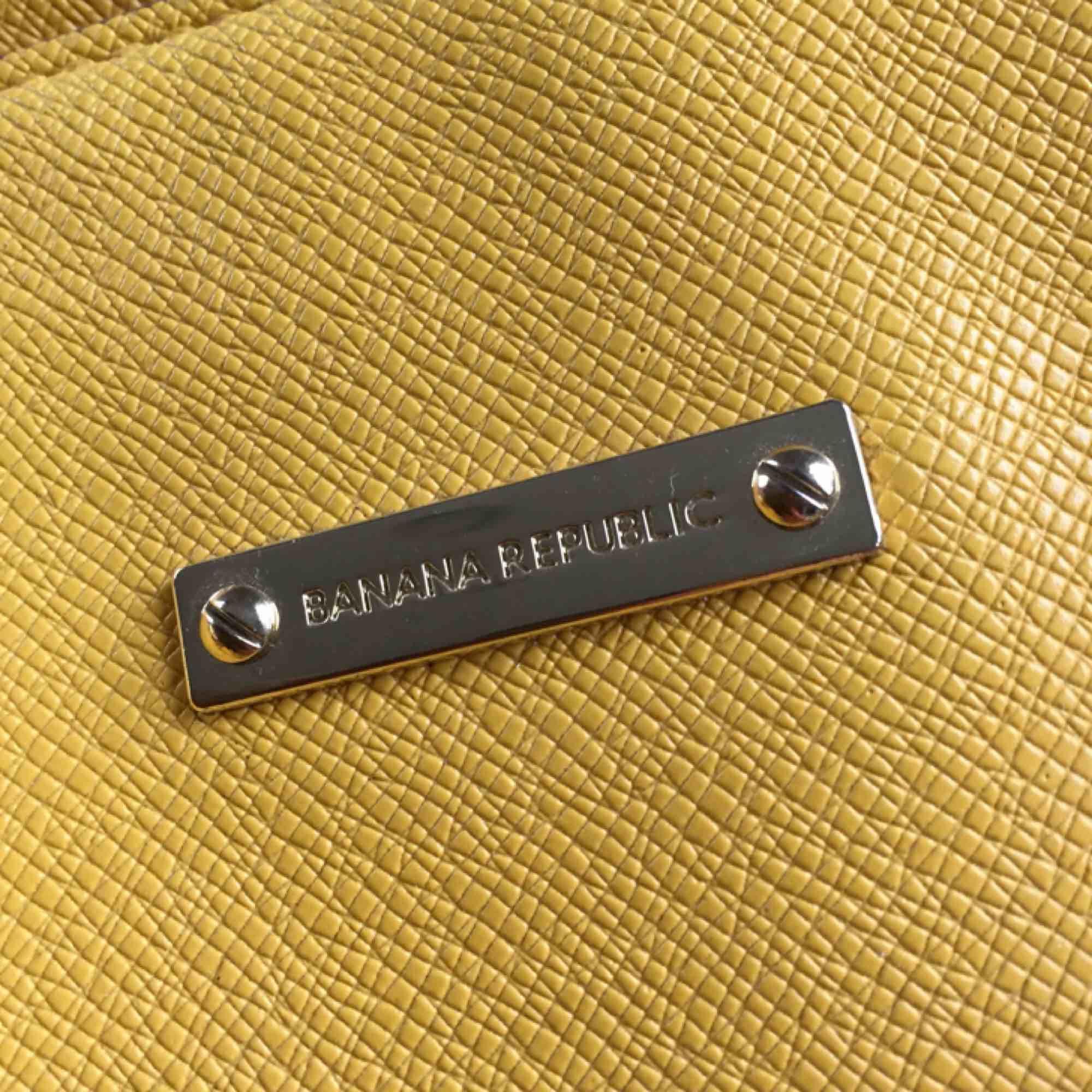 Gul väska från Banana Republic. Något sliten, därav priset. Nypris 1099.. Väskor.