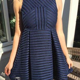 Petite klänning perfekt för sommarens alla fester.