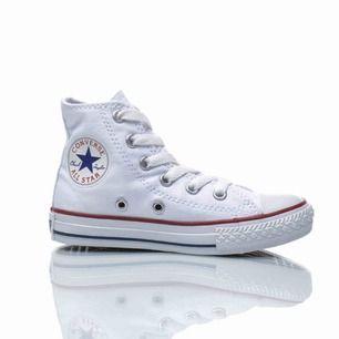 Säljer helt oanvända vita converse. Säljes pga fel storlek.