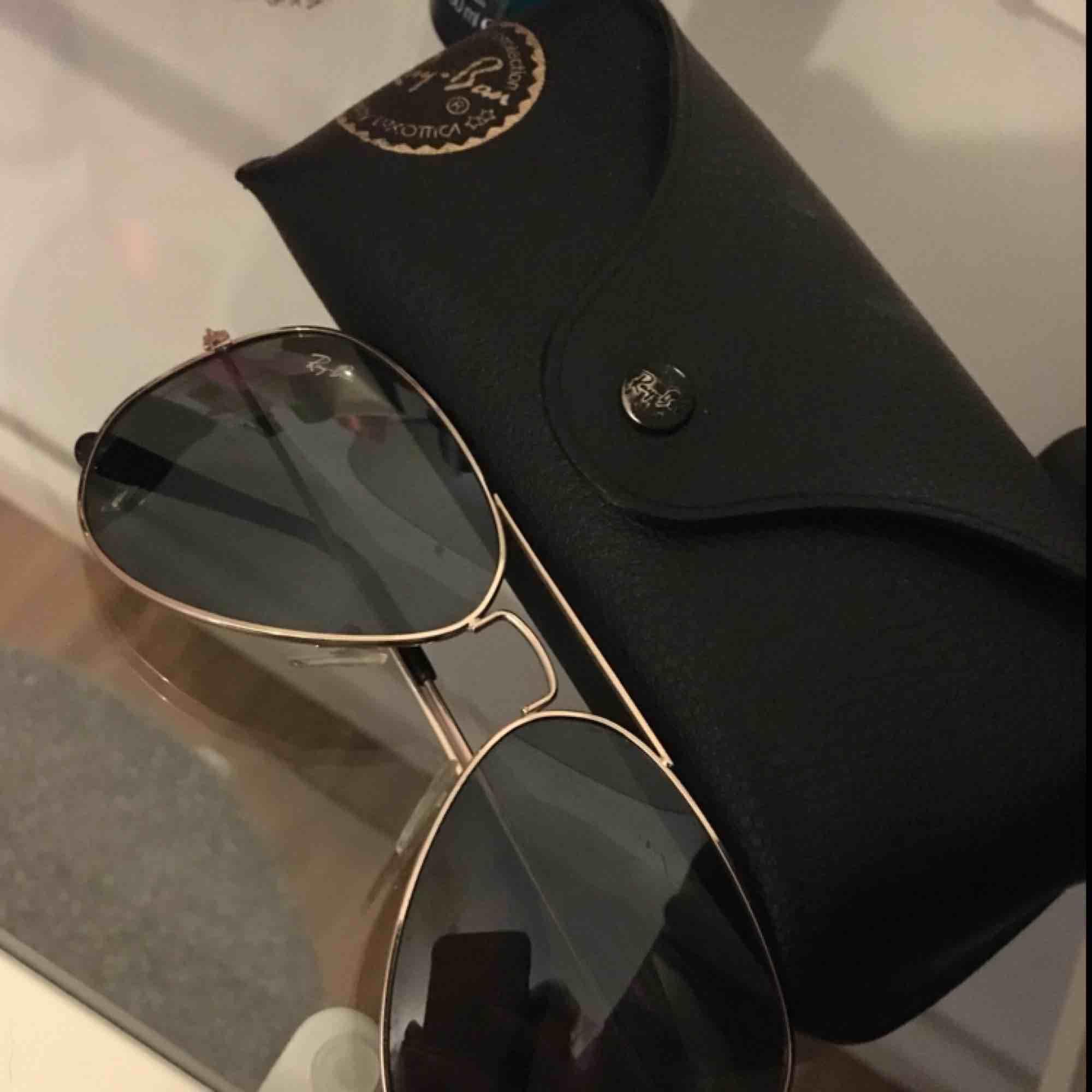 Säljer nu mina Rayban aviator då jag har två par andra solglasögon jag använder. Säljer för 400kr plus porto! . Accessoarer.