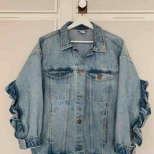 Fin jeansjacka från Monki storlek XXS Med volang på baksidan. Passar även XS