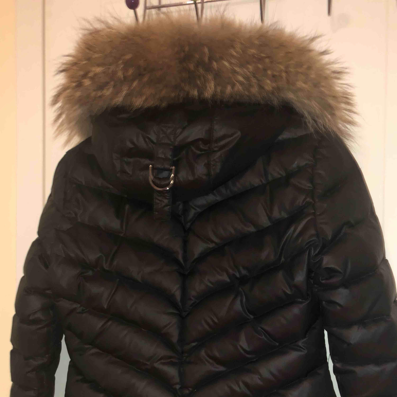 Hollies jacka i strl 36, säljs pga köpt ny jacka, fint skick! Frakt 122kr, går inte under 700!. Jackor.
