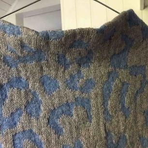 Fin acne tröja som jag köpte på Hornstulls marknad. Originalpris ca 2000. Armarna ska vara fransiga men om man vill kan man vika upp de, som jag gjorde när jag använde den! Väldigt skön med en liten polokrage!