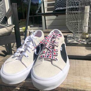 Urban outfitters X vans kollektion, exklusiva för urban outfitters i USA. Säljer pga för stora, 2 skosnören ingår! Aldrig använda.