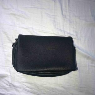 Superfin svart läder väska. Silver detaljer och krokar att hänga på nytt axelband i.  Köptesför 130kr säljer för 70kr inkl frakt. Bild 1 framsida Bild 2 insida Bild 3 baksida