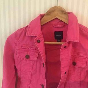 Rosa jeansjacka ifrån Gap kids. I bra skick.