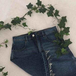 Superfin jeanskjol söker nytt hem nu inför sommaren! Så gott som ny, så passa på🌻Köparen står för frakt, kontakta mig om ni har någon fråga.