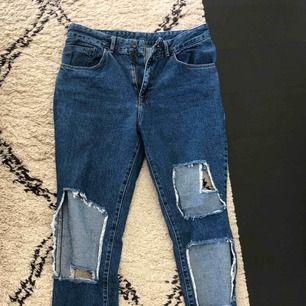 Jeans från the ragged priest, väldigt high wasted och straight leg. Sjukt sköna och coola, köpte i London. Säljer pga gillar inte modellen på mig.