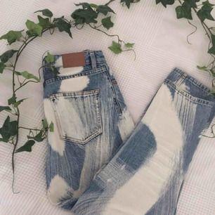 Hur fina är inte dessa jeansen!? Säljer då jag inte använder dem längre💛I gott skick, priset är exklusive frakt. Skicka gärna en fråga om det är något du undrar över eller kolla min profil💫