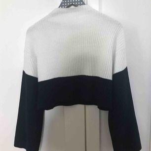 Jättemysig marinblå och vit stickad tröja med vida armar, den är lite kortare med en liten krage. Den är ifrån Monki och är nästan aldrig använd,det är inget fel på den.