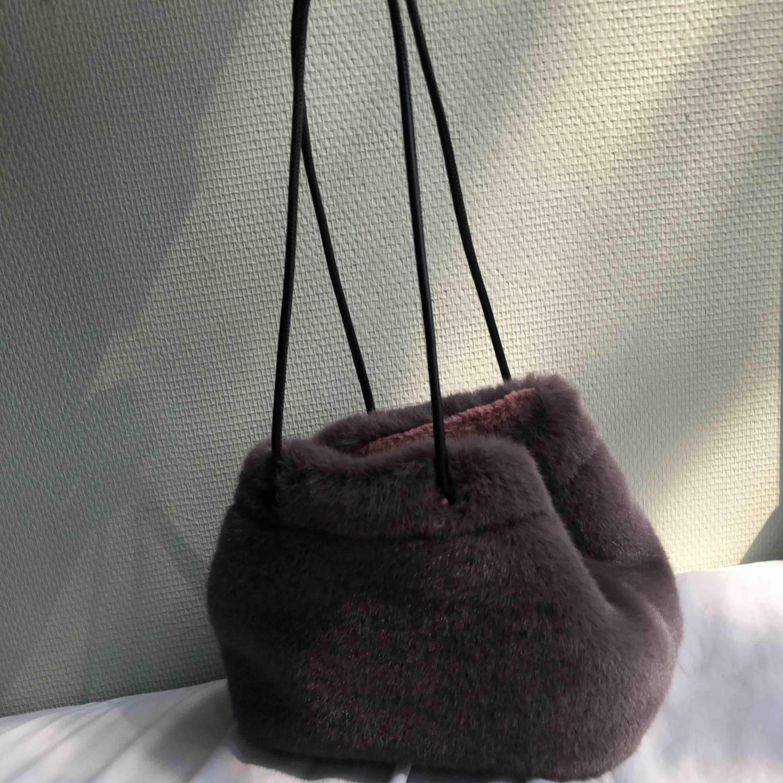 Fuskpälsväska från Zara, aldrig använd. Banden kan justeras och man kan ha den på olika sätt. Fluffig på insidan. Möts gärna upp i Stockholm, annars står köparen för tillkommande frakt på 54kr:). Väskor.