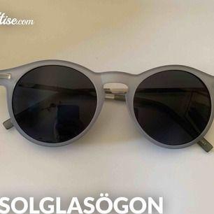 """Trendiga solglasögon från Monki endast använda en gång! (""""fodral"""" ingår i köpet)"""