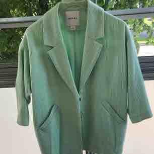 En mintgrön kappa från monki i strl XS. Välanvänd! Knapparna är lite sönder men lätt att fixa. Lite nopprig runt om. Jackor.