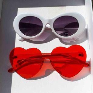 Oanvända solglasögon 65 kr. De röda är nu sålda. Frakt tillkommer eller så kan jag mötas upp i stockholm