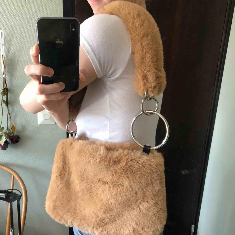 Fluffig väska från Topshop! Aldrig använd!:( vid flera köpare så går köpet till högst bud! Möts gärna upp i Stockholm. Annars står köparen för tillkommande frakt på 72kr.. Väskor.