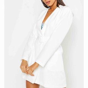 Jättefin blazer klänning med bälte! Köpt från boohoo, aldrig använd då den ej passade mig så bra. Perfekt till studenten, sommaren osv 😍