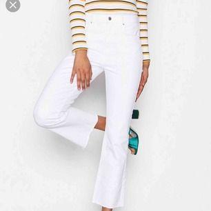 """Vita jeans från Ginatricot i modellen """"kick flare"""". Använda men i fint skick, de har inga skador/fläckar eller liknande! Hör av dig om du är intresserad! 🥰"""