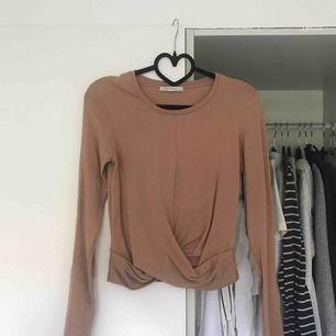 En brun/beige tröja från zara med omlott detalj på framsidan. Köparen står för frakt