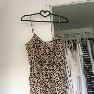 En leopard playsuit med fickor från hm.