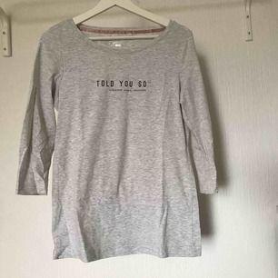 T-shirt med trekvarts ärmar  Längden går till rumpan  Köparen står för frakten 💕