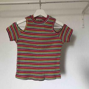 Kortare T-shirt, inte croppad, med öppna axlar  Köparen står för frakten 💕