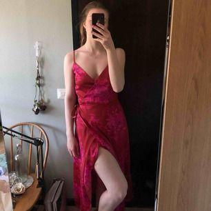 Osäker på om jag vill sälja denna men kollar om de finns intresse för den. De är en jättefin wrapklänning i härlig färg! Perfekt utomlands när man är lite solkysst. Väldigt skönt material!