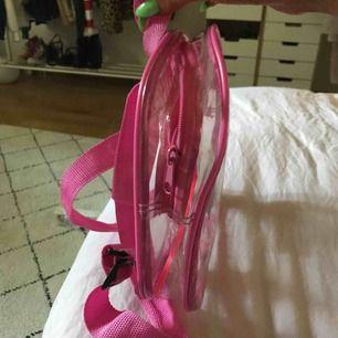 Genomskinlig miniryggsäck med rosa detaljer❤️